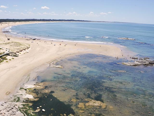 Do topo do farol, a vista da praia de José Ignacio (Foto: Zizo Asnis)
