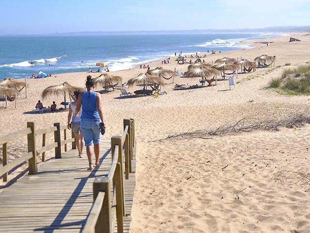 Duas praias compõem La Pedrera, balneário frequentado por jovens e veranistas bem de vida (Foto: Zizo Asnis)