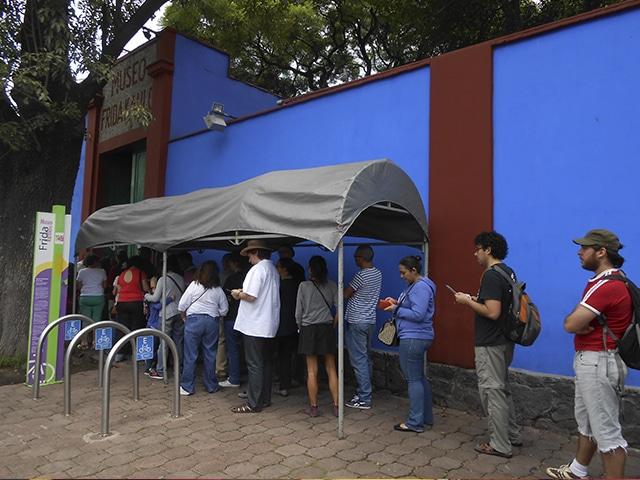 Fila para entrar no Museu da Frida Khalo, em Coyoacán.