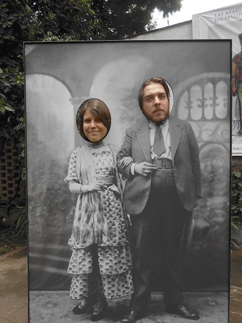 Turistas incorporam Frida e Diego em foto.
