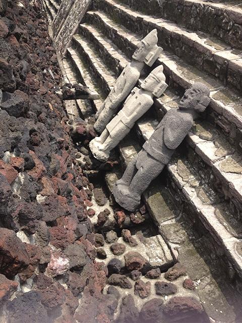 Esculturas astecas no Templo Mayor.