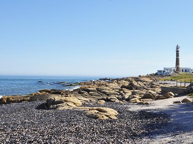 """Farol de Cabo Polonio, destino acessível apenas por """"jardineiras"""" com tração 4×4, que levam você até a praia (Foto: Zizo Asnis)"""