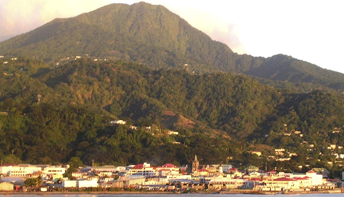 Vista de Roseau, capital da Dominica (Foto por Roger Wollstadt).