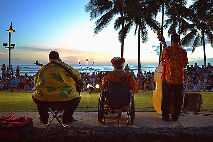 Pôr do sol e música havaiana