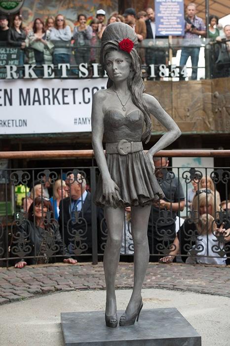 Estátua em tamanho real é feita de bronze | Foto por Daniel Deme/WENN.com