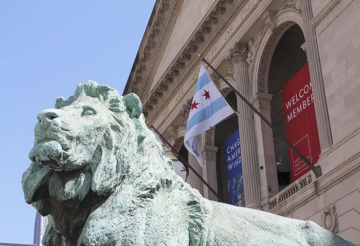 Detalhe da fachada do museu e da estátua de leão que há em frente   Foto por Tom Ipri