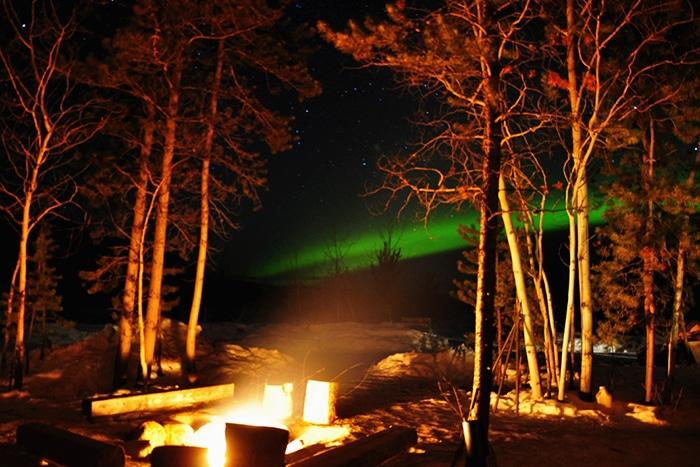 Fogueira para aquecer enquanto se aprecia a Aurora Boreal   Foto por Livia Auler