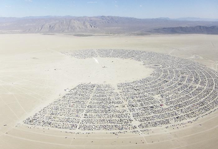 A imensa estrutura do acampamento montado em meio ao deserto | Foto por Kyle Harmon via Wikimedia Commons