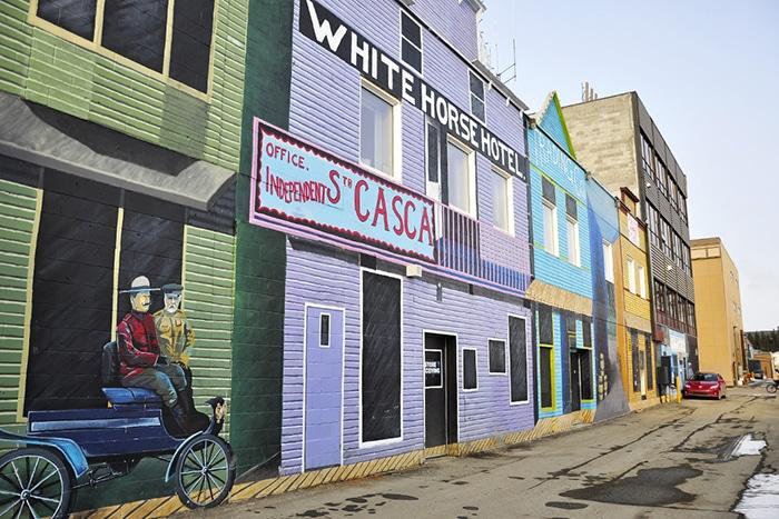 Arte urbana no centro de Whitehorse   Foto por Livia Auler