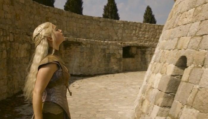 Daenerys em frente à Casa dos Imortais que, na realidade chama-se Minceta Tower e está em Dubrovnik, Croácia.