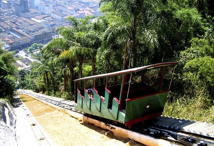 Bondinho que leva até o topo do Monte Serrat   Foto por marcusrg via Wikimedia Commons