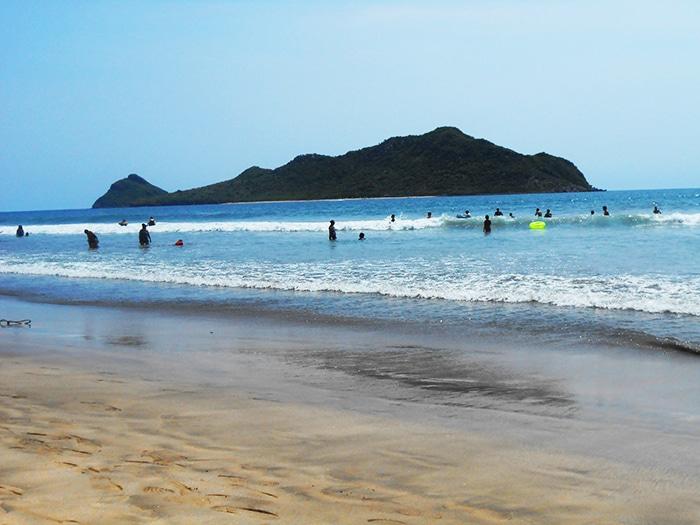 Turistas e locais aproveitando o dia na Isla de la Piedra | Foto por Renata Ferri