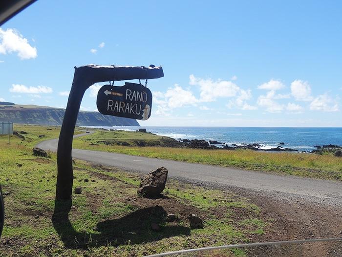 Estrada que circula a ilha e entrada para o Rano Raraku | Foto por Sabrina Levensteinas