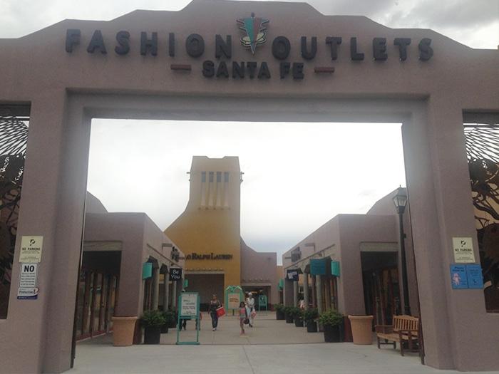 Entrada Fashion Outlets Santa Fe | Foto por Carolina Caio