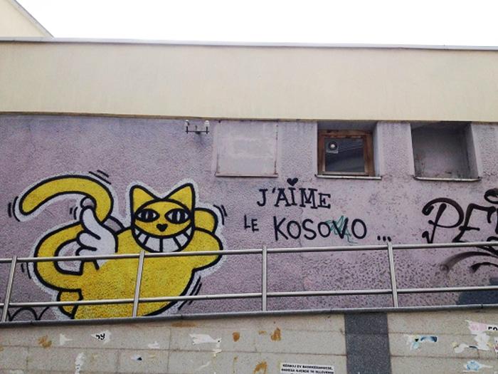Grafites e protestos na capital marcam tanto as divergências políticas locais, como também o apoio da comunidade internacional ao país | Foto por Sabrina Sasaki
