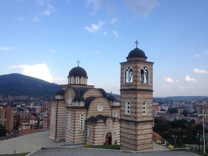Igreja ortodoxa, no topo da parte sérvia de Mitrovice | Foto por Sabrina Sasaki