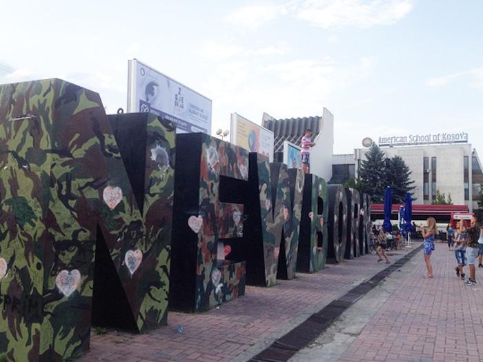 Monumento típico da cidade, a estátua Newborn marca também a ocupação do exército da OTAN | Foto por Sabrina Sasaki