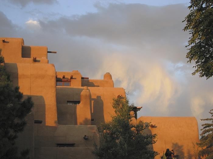 Prédio feito de adobe, construção típica do Novo México | Foto por JuliusR via Wikimedia Commons