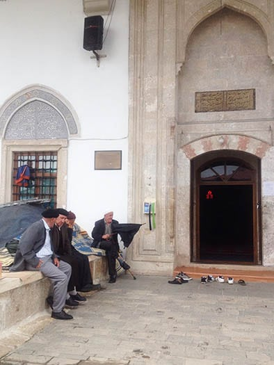 A antiga mesquita, que preserva parte da cultura albanesa na capital Pristina | Foto por Sabrina Sasaki