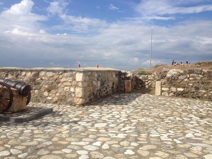Vestígios da antiga muralha otomana de Prizren, cidade que se desenvolveu junto com a rota de comércio da Companhia das Índias | Foto por Sabrina Sasaki