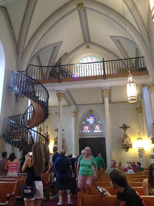 Escada milagrosa, no interior da Capela de Loretto | Foto por Carolina Caio