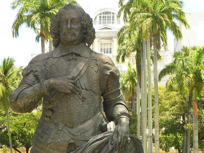 Estátua do conde Maurício de Nassau, localizada na praça da República em frente ao Palácio sede do governo de Pernambuco | Foto por José Jayme