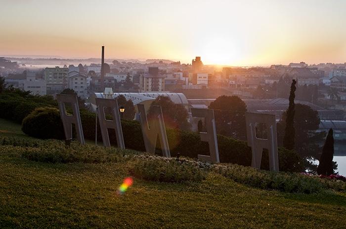 Quase sem construções verticais, é possível observar o pôr do sol direto da sacada do Hotel Renar | Foto por Victória Silva