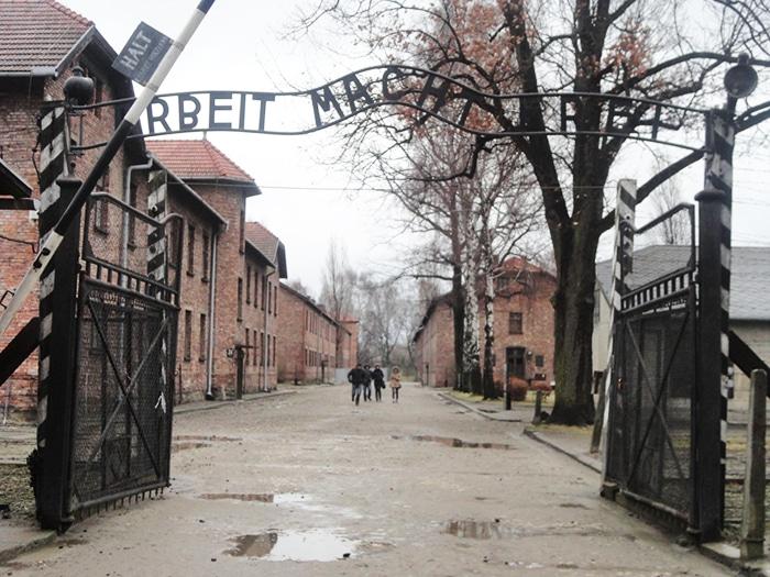 """Arbeit macht frei (""""o trabalho liberta"""")  – portão de Auschwitz   Foto por Carolina Caio"""