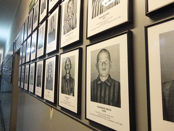 Corredor com foto dos prisioneiros   Foto por Carolina Caio