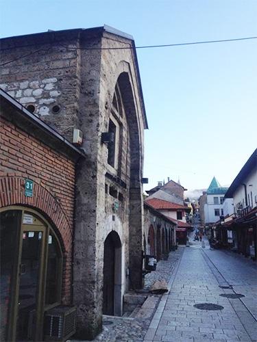 Baščaršija, mercado principal de Sarajevo, onde é possível encontrar artesanatos tradicionais   Foto por Sabrina Sasaki