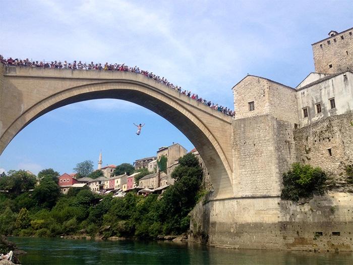 A ponte Stari Most, em Mostar, nos dias de verão, é ponto de saltos livres e; à noite, encontro da boemia.     Foto de Sabrina Sasaki