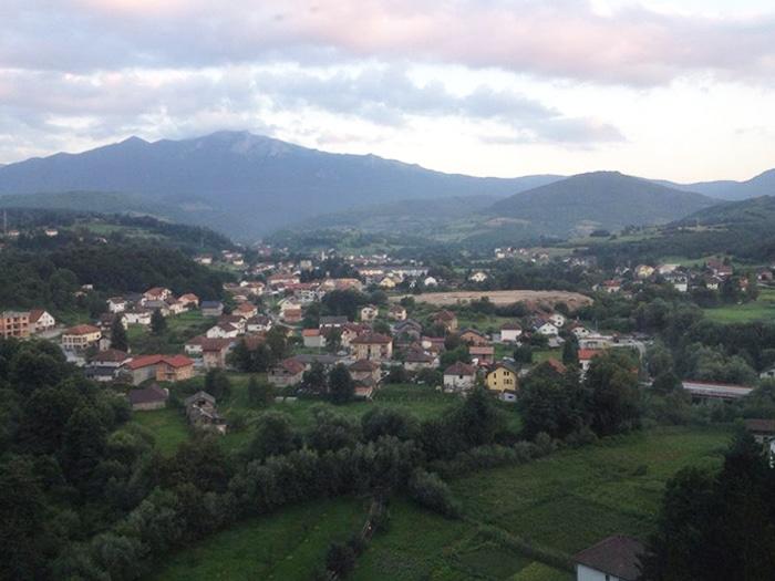 Vista do vagão do trem, no trajeto de Sarajevo a Mostar, revela o encanto das vilas escondidas em meio aos vales   Foto por Sabrina Sasaki