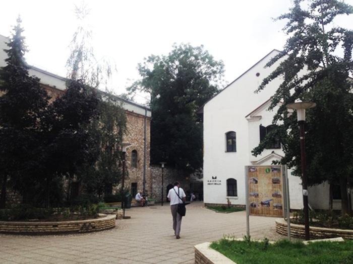 Fachada da Sinagoga Antiga, bem próxima às mesquitas centrais   Foto por Sabrina Sasaki
