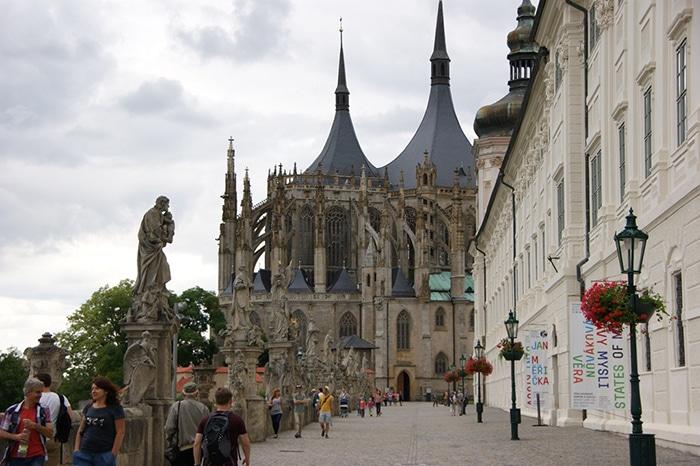 Rua Masarykova com a Catedral de Sta. Bárbara ao fundo   Foto por Vinícius Fontana