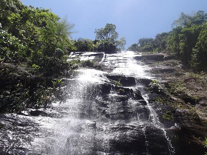 Pequena cachoeira no caminho para a Praia das Calhetas | Foto por Natália Leme