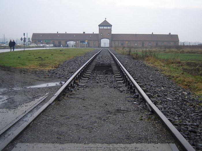 Os trilhos em direção à Auschwitz II | Foto por Zizo Asnis