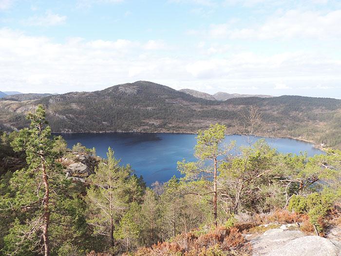 Uma das paisagens vistas ao longo da trilha para o Preikestolen   Foto por Sabrina Levensteinas