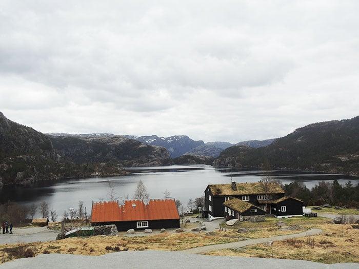 Ponto onde param os ônibus e início da trilha para o Preikestolen   Foto por Sabrina Levensteinas