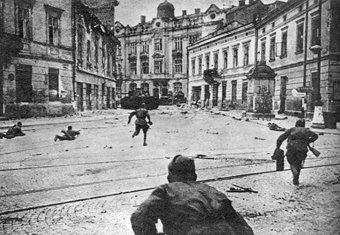 Soldados soviéticos em batalha em Lviv, Ucrânia | Foto por Red Army via Wikimedia Commons