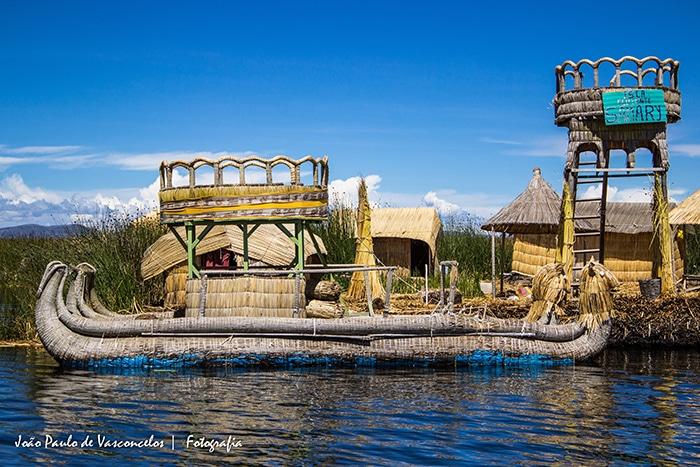 É possível visitar diversas Ilhas dos Uros com barcos construídos de maneira tradicional | Foto por João Paulo Vasconcelos