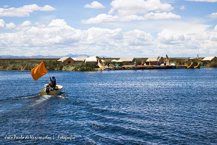 Entre as ilhas é comum encontrar pessoas transportando principalmente peixes como a truta   Foto por João Paulo de Vasconcelos