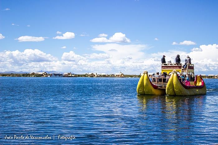 Movidos a remo, os barcos passeiam lentamente pelo lago   Foto por João Paulo Vasconcelos