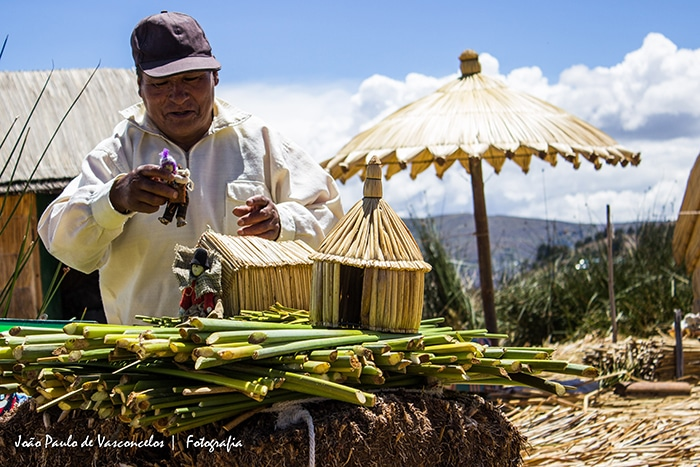Um habitante das ilhas dá uma breve explicação sobre como elas são construídas | Foto por João Paulo Vasconcelos