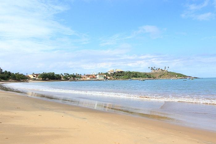 A quase deserta praia de Meaipe, em Guarapari | Foto por Bruna Cazzolato Ribeiro