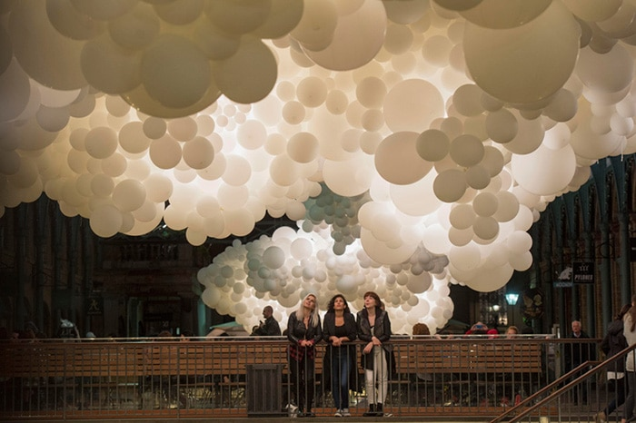 charles-petillon-heartbeat-100000-white-balloons-covent-garden-designboom-07