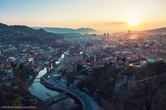 Fim de tarde em Sarajevo   Foto por Michał Huniewicz (CC BY 2.0)