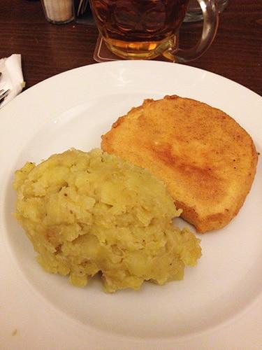 Smažený sýr acompanhado de purê de batatas   Foto por Carolina Caio