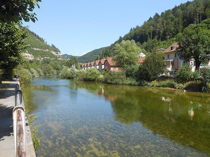 O rio Doubs, em Saint Ursanne   Foto por Grazi Calazans