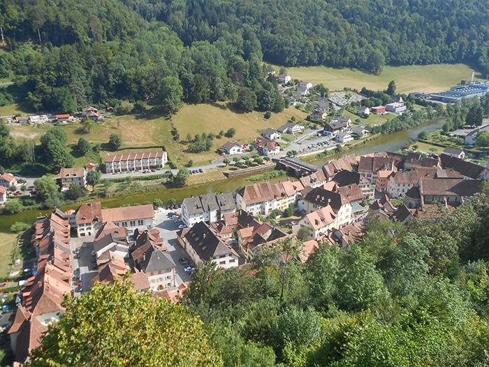 Saint Ursanne com o Rio Doubs no meio   Fotot por Grazi Calazans