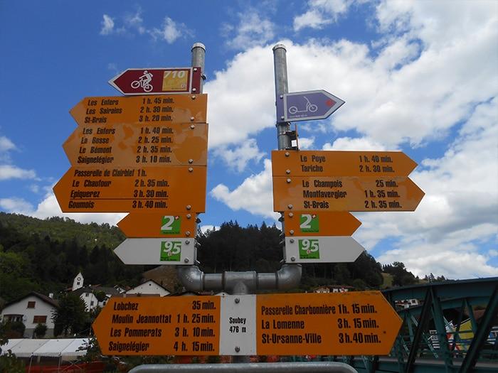 Placas de sinalização para pedestres e ciclistas   Foto por Grazi Calazans
